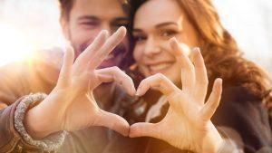 Frau und Mann sind verliebt, Herz mit Fingern