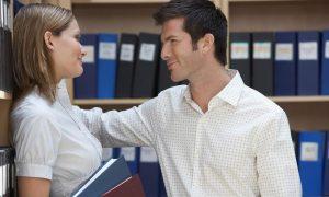 Mann und Frau flirten im Büro