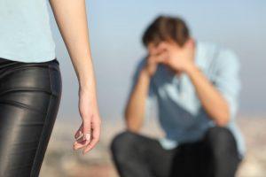 Mann ist traurig weil ihn Frau verlässt