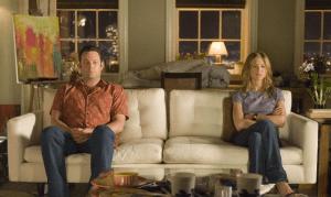 Mann und Frau sitzen auf der Couch und haben Streit