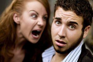 Frau ist wütend auf Mann und schreit