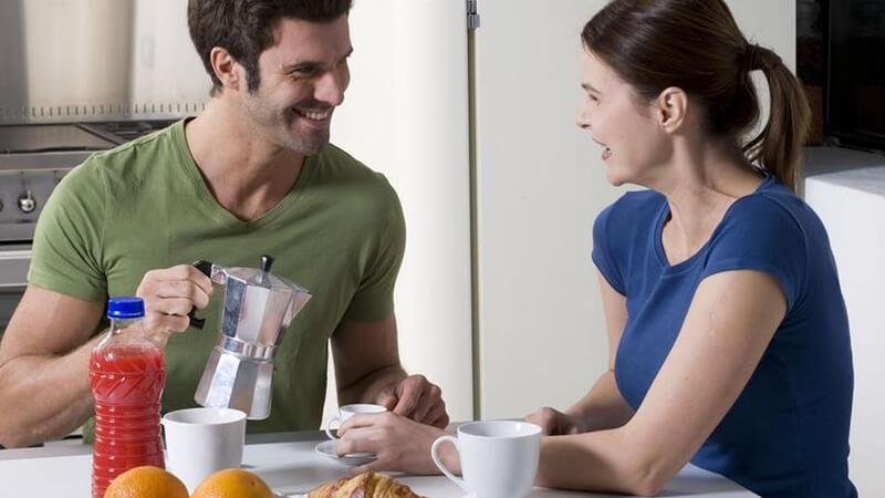 Glückliches Paar beim Frühstücken