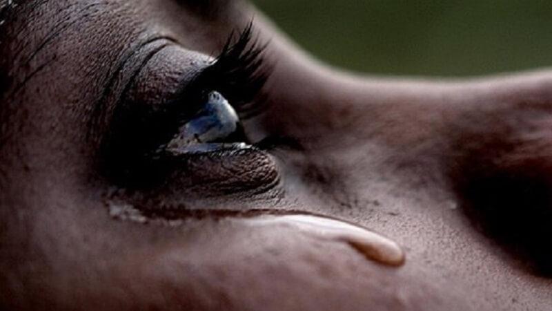 Frauenauge mit Tränen nach Liebeskummer