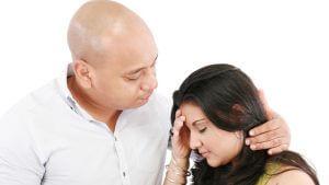 Mann tröstet Frau mit Liebeskummer