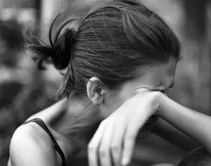 Frau mit Liebeskummer weint