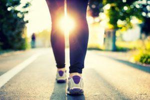 Sonne scheint durch Beine von Frau