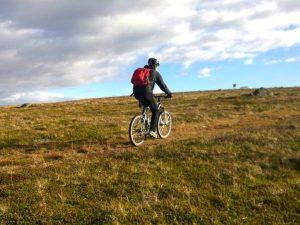Fahrradfahrer in Natur
