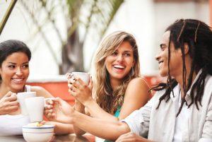 Freunde trinken Kaffee und lachen