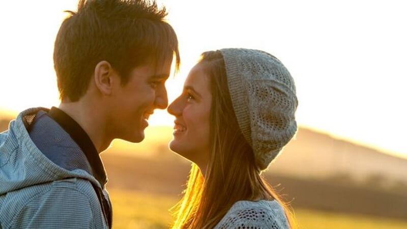 Junge und Mädchen küssen sich