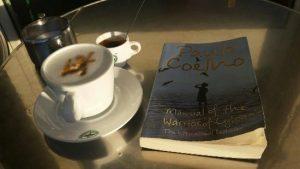 Kaffee und Buch auf Tisch