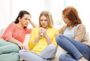 2 Frauen trösten Freundin