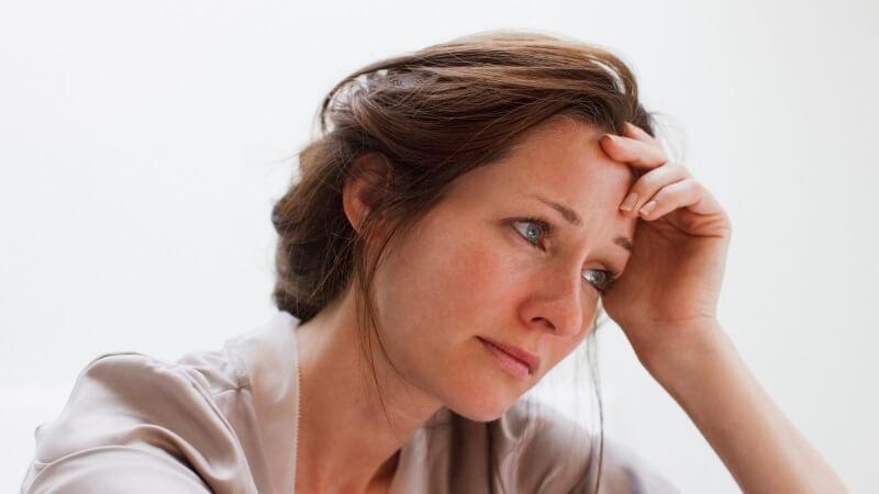 Frau ist traurig und denkt nach