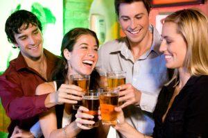 Freunde feiern und lachen zusammen
